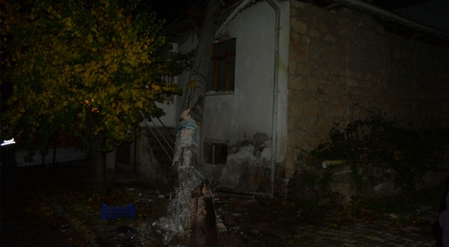 Kaza yapan kamyonetin çarptığı elektrik direği evin çatısına devrildi: 2 ağır yaralı