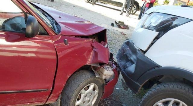 Otomobil kaldırımda bulunan yayalar çarptı: 1'i ağır 2 yaralı