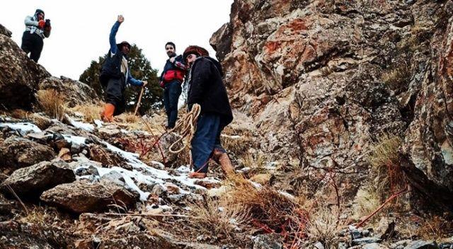 Sarp kayalıklarda mahsur kalan 2 çoban ve 6 koyun kurtarıldı