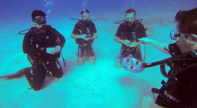 Su altında pankart açıp temsili çaylarını yudumladılar