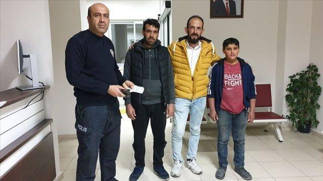 Suriyeli baba ve oğlu buldukları para dolu cüzdanı polise teslim etti