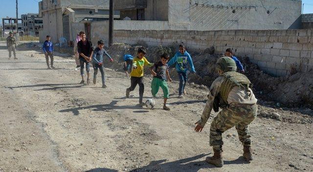 Türk askeri Resulaynlı çocukların yanında