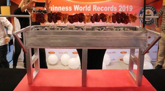 Guinness'e giren kebapçı başarısını kebap görünümlü pastayla kutladı