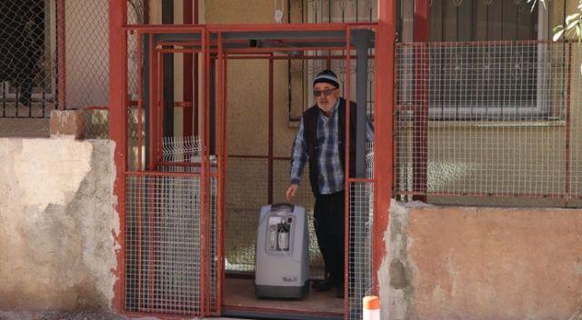 65 yaşındaki baba nefes alamayan engelli kızı için asansör yaptırdı