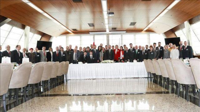 Bakan Kasapoğlu milli atletlerle bir araya geldi