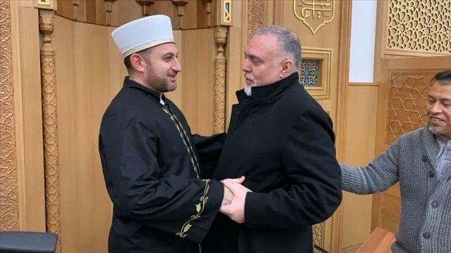 Dünyaca ünlü müzisyen Yusuf İslam'ın medya danışmanı Cambridge Camisi'nde Müslüman oldu