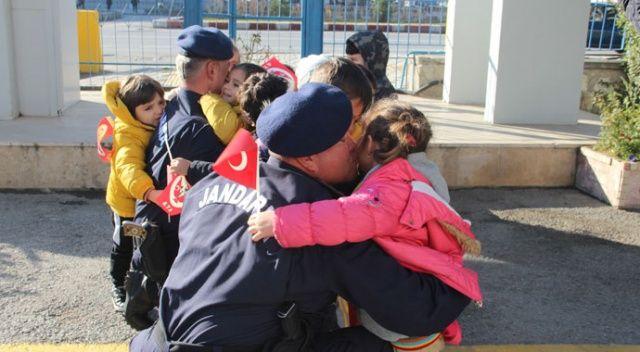 Ellerinde Türk bayraklarıyla jandarmaya koştular