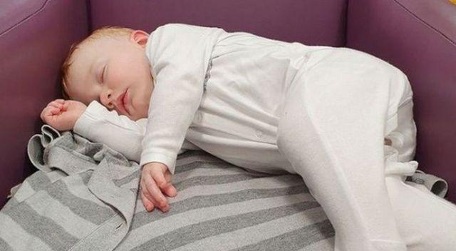 İngiltere'de hasta bebek hastane koltuğunda saatlerce doktor bekledi