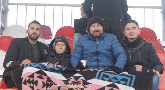 Kar - kış demediler, battaniye ile maç izlediler