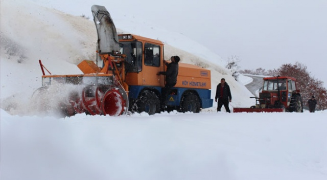 Karla kapanan köy yolları 24 saat aralıksız çalışılarak açıldı