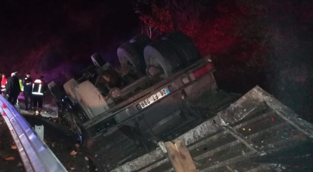 Pancar yüklü kamyon devrildi: 1 yaralı