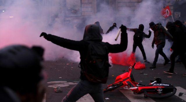 Paris karıştı! Polis göstericilere sis bombasıyla müdahale etti