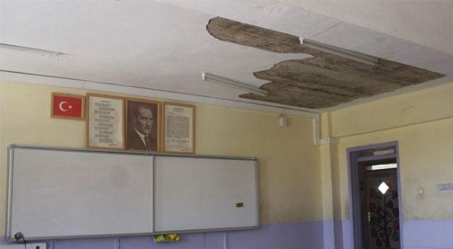 Sınıfların tavanı başlarına yıkıldı