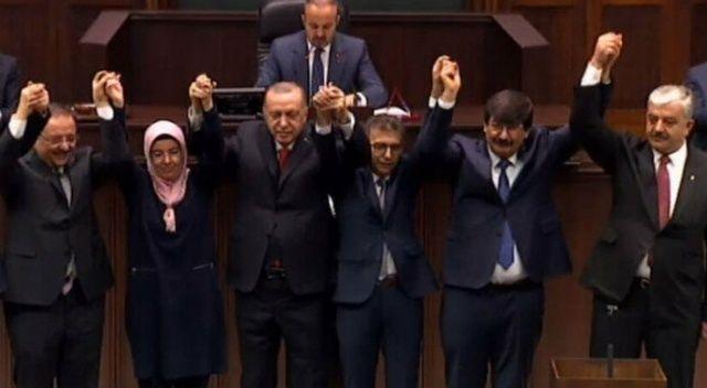4 ilçe bir belde belediye başkanı AK Parti'ye geçti, rozetlerini Cumhurbaşkanı Erdoğan taktı