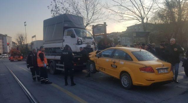 Bağcılar'da iki araç kaza yaptı, tramvay seferleri durdu
