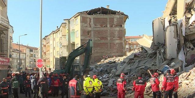 Depremde Mustafa Paşa Mahallesi'nde yıkılan binada arama kurtarma çalışması sona erdi