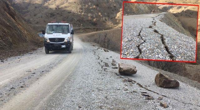 Depremden sonra yollar çatladı, dağlardan kopan kayalar yollara düştü