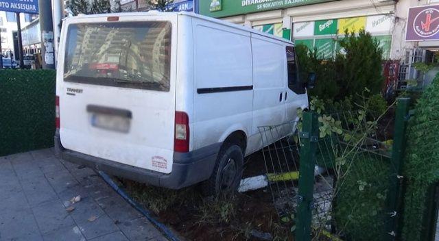 Diyarbakır'da minibüs önce yayaya çarptı, ardından kursun bahçesine girdi