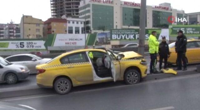 E-5'te ticari taksi aydınlatma direğine çarptı: 1 yaralı