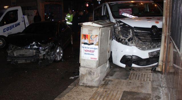 Elazığ'da minibüs ile otomobil çarpıştı, 3 kişi yaralandı. Kazada minibüs duvara çarparak durabildi.