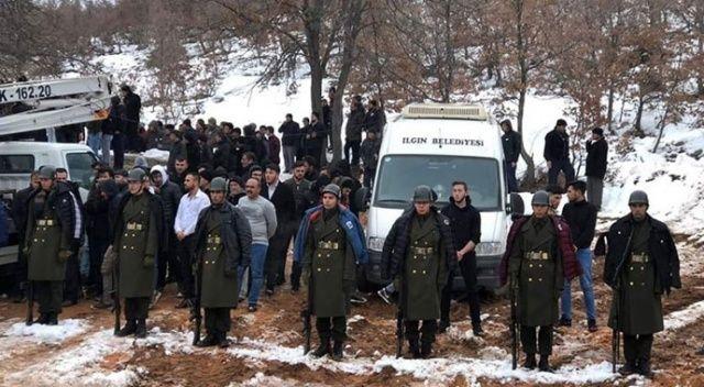 Şehit cenazesinde bir grup genç, üşümesinler diye montlarını askerlere giydirdi