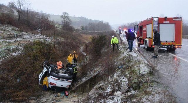 Sinop'ta karda kayan otomobil şarampole yuvarlandı: 2 yaralı