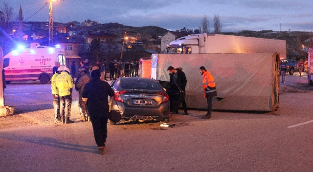 Sivas'ta kamyon otomobille çarpıştı: 6 yaralı