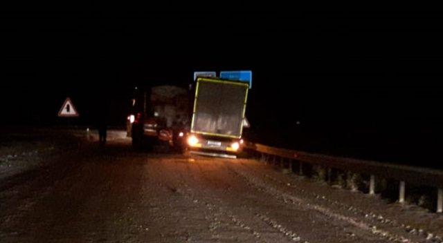 Sivas'ın Gürün ilçesinde kar küreme aracı ile çekicinin çarpışması sonucu meydana gelen trafik kazasında yol yaklaşık 40 dakika boyunca trafiğe kapandı