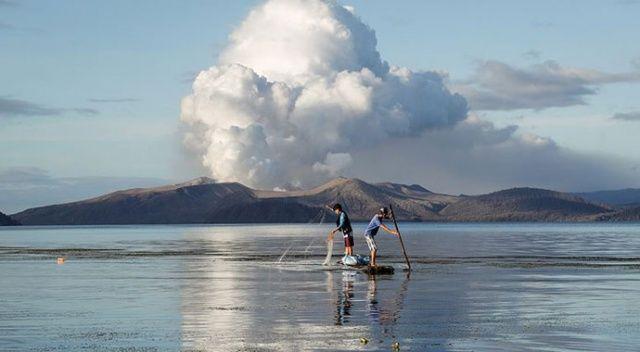 Taal Yanardağı lav ve kül püskürtmeye devam ediyor