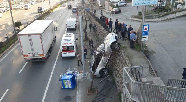 Trabzon'da ilginç kaza! Otomobil duvarda asılı kaldı