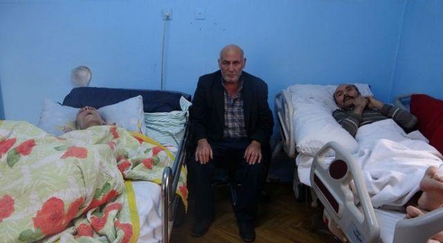 Yatalak iki çocuğuna bakan 65 yaşındaki baba yardım eli uzatılmasını bekliyor