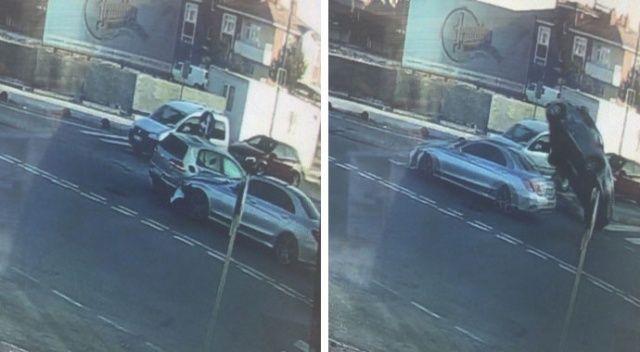 Yola çıkan otomobili fark etmedi, başka bir araca çarpıp devrildi