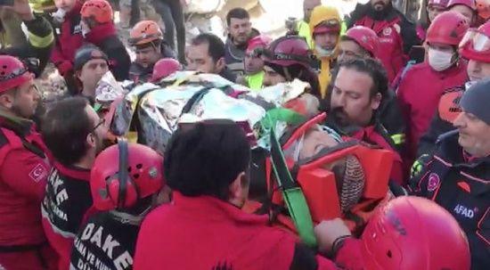 Enkaz altındaki Azize, 17 saat sonra kurtarıldı