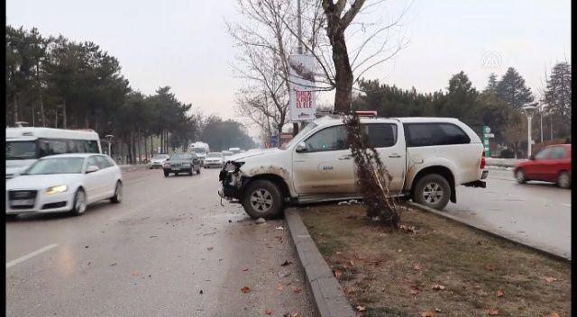 AFAD aracı ağaca çarptı: 3 yaralı