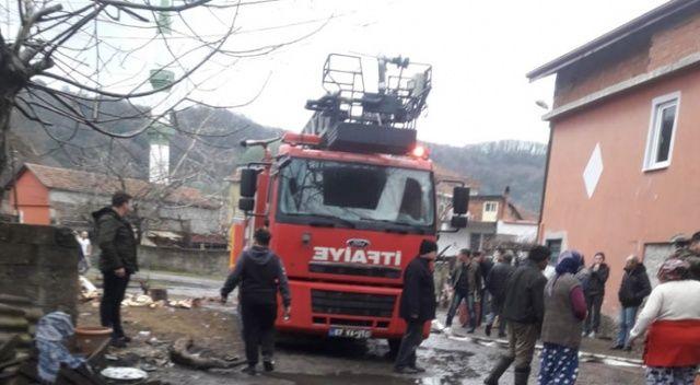 Benzinle sobayı yakmaya çalışırken evi yaktı