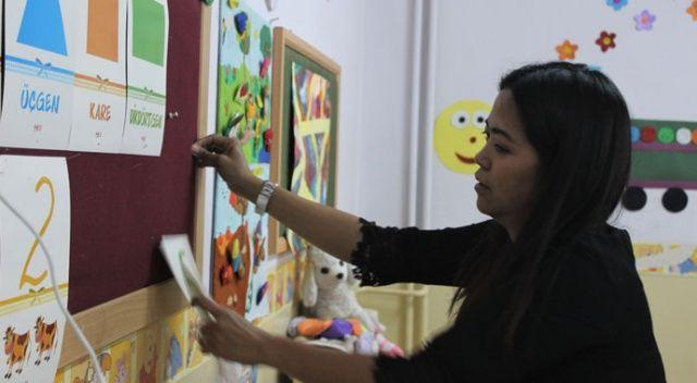 Filipinler'den gelin geldi, dağ ilçesinde gönüllü İngilizce öğretiyor