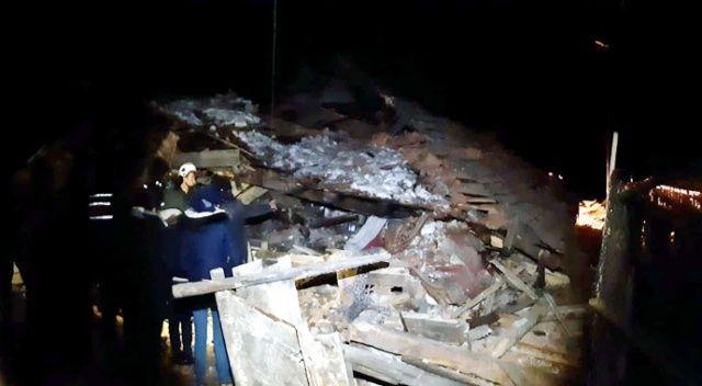 Fırtına iki katlı evi çökertti, koyunlar enkazın altında kaldı