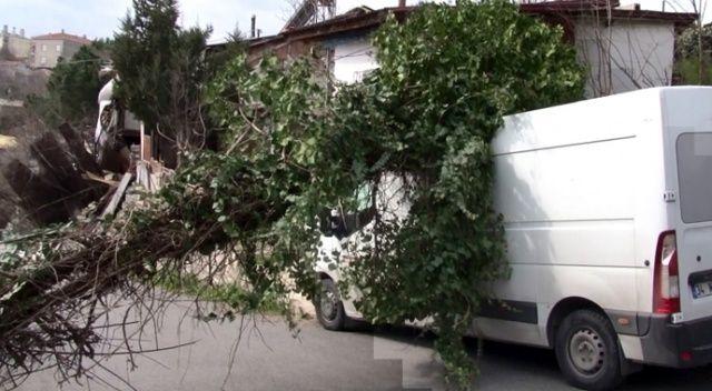 İstanbul'da fırtına: Elektrik direği minibüsün üzerine devrildi