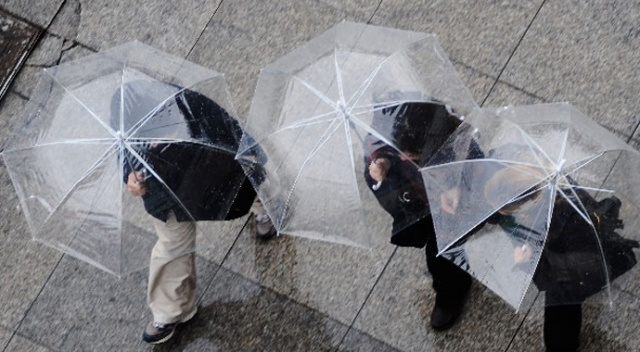 Meteoroloji Genel Müdürlüğünün son değerlendirmelerine göre İstanbul'da güneşli hava yerini hafta sonu yağmura bırakacak. Hava sıcaklığında ise önemli bir değişiklik beklenmiyor.
