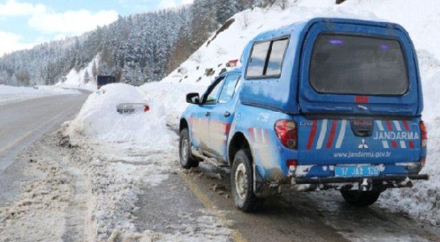 Kar altındaki otomobile Jandarma koruması