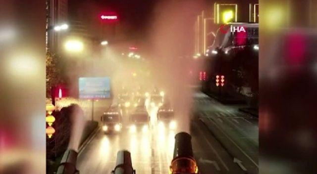 Korona virüsüne karşı sokaklara kamyonlarla dezenfektan sıktılar