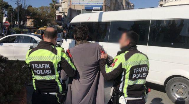 Kuşadası'nda trafik polisine taşlı saldırı