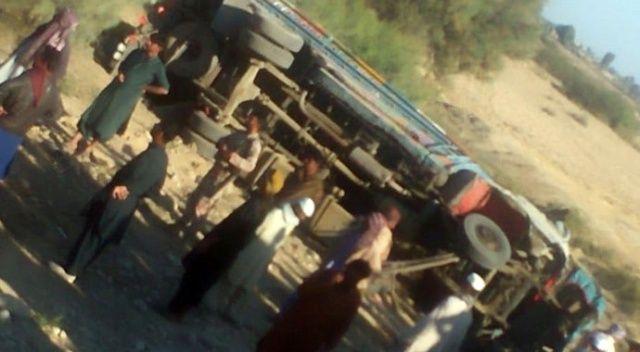 Pakistan'da düğün otobüsü devrildi: Çok sayıda ölü ve yaralı var