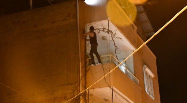 Sinir krizi geçirdi, balkondan sokağa eşyaları fırlattı