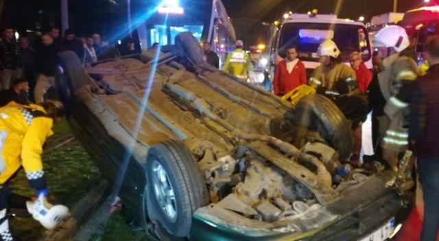 Takla atan otomobil tramvay yoluna devrildi: 2 yaralı