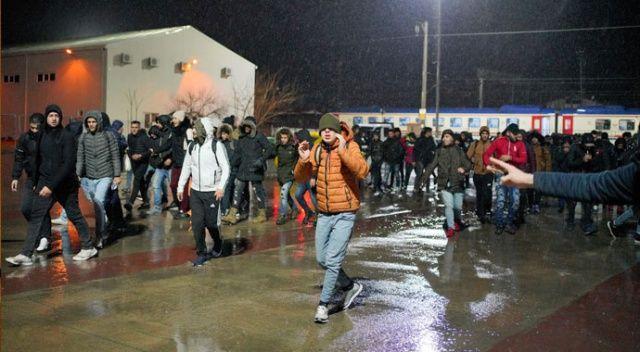 Trenle gelen Suriyeli mülteciler, 'Avrupa' diye slogan atarak gardan çıktı