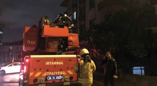 Ümraniye'de şiddetli rüzgar çatıyı uçurdu