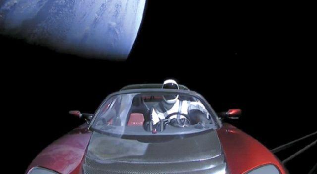 Uzayda gezen Tesla sizce şu an...