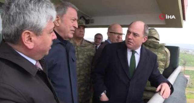 Bakan Akar, İngiltere Savunma Bakanı Wallace ile sınır hattını ziyaret etti
