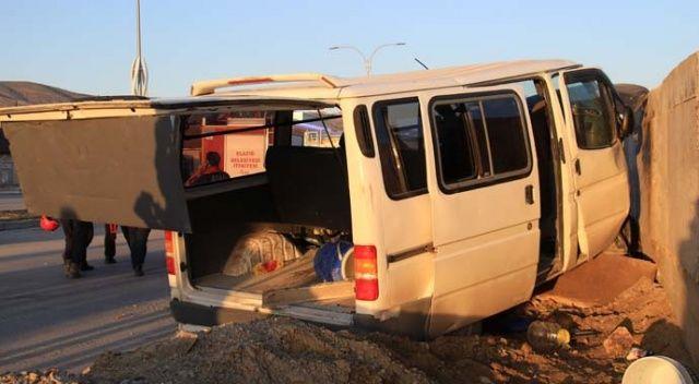 Elazığ'da işçi servisi beton bloka çarptı: 9 yaralı